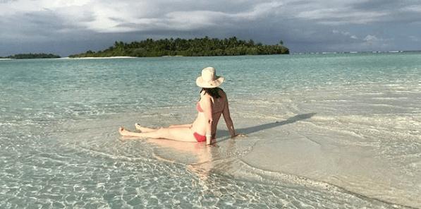 Bad body image, women on beach